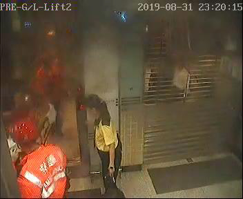 太子站 時序8)晚上11時20分,有消防處救護員於E出入口進入太子站。 港鐵提供