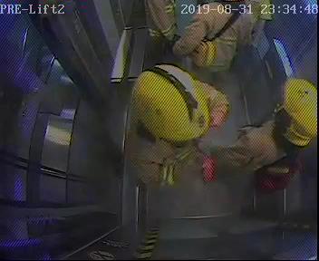 太子站 時序10)晚上11時34分,另一批消防員抵達E出入口,並進入太子站。 港鐵提供