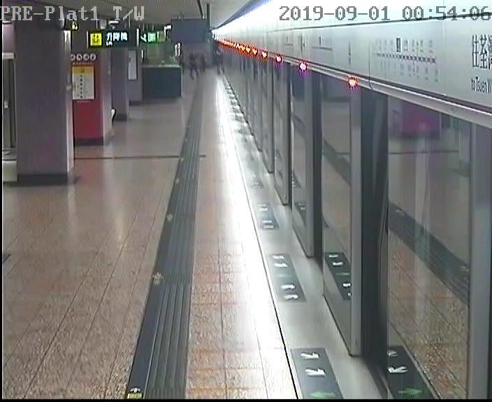 太子站 時序12)凌晨0時54分,因應警方要求,安排一列荃灣綫不載客列車由太子站前往荔枝角站。 港鐵提供