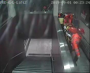 太子站 時序11)凌晨0時23分,救護員在港鐵職員與消防員協助下開始於E出入口陸續進入太子站。 港鐵提供