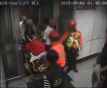 荔枝角站 時序17)凌晨1時48分,警員及救護人員經荔枝角站車站升降機運送第六名傷者離開。 港鐵提供