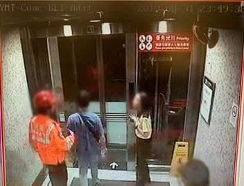 油麻地站 時序21)晚上11時49分,另一名人士由消防處救護員帶離車站。 港鐵提供