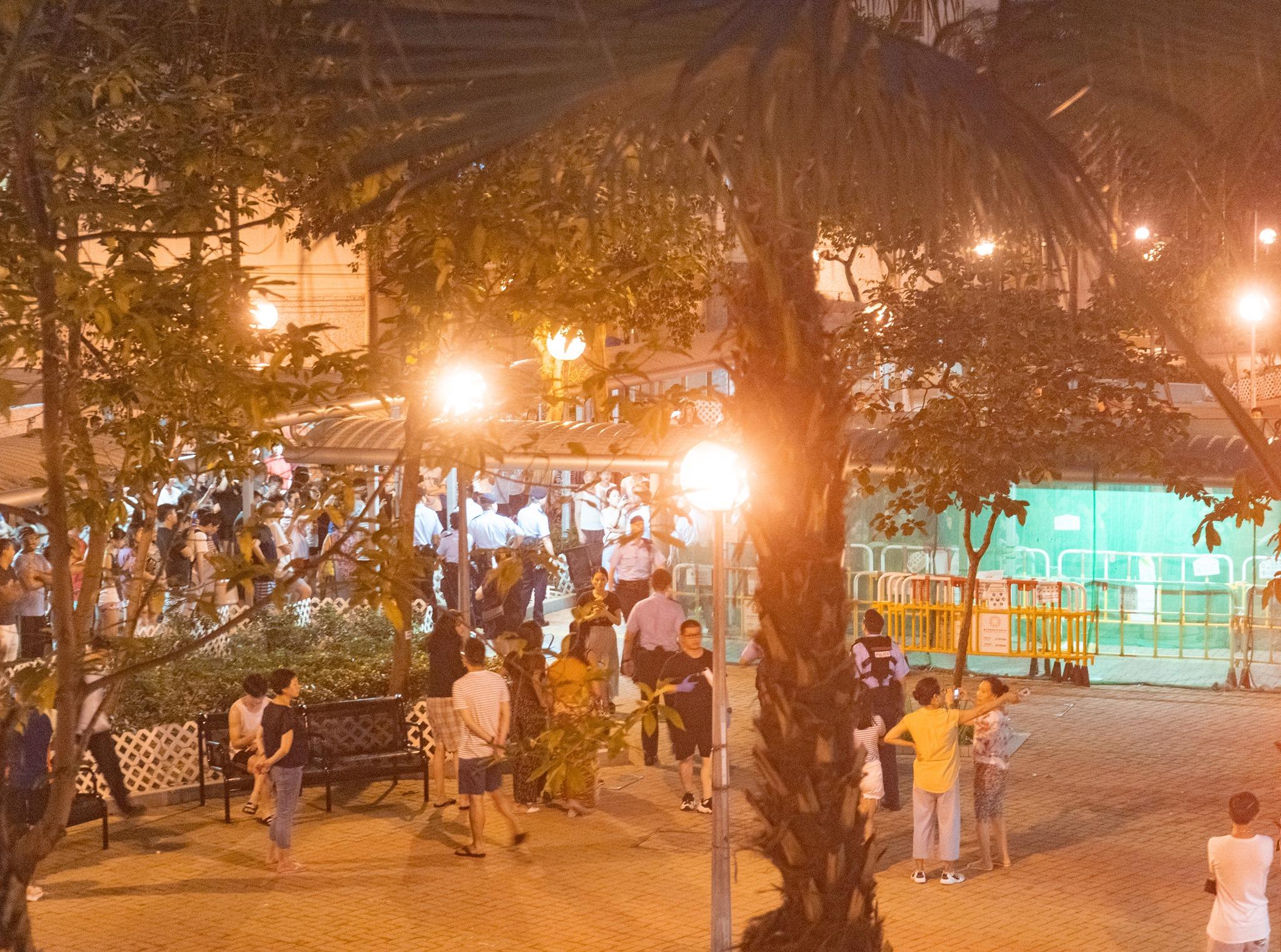 一批人在海麗邨叫口號引發爭執。香港突發事故報料區Clover Wong圖片