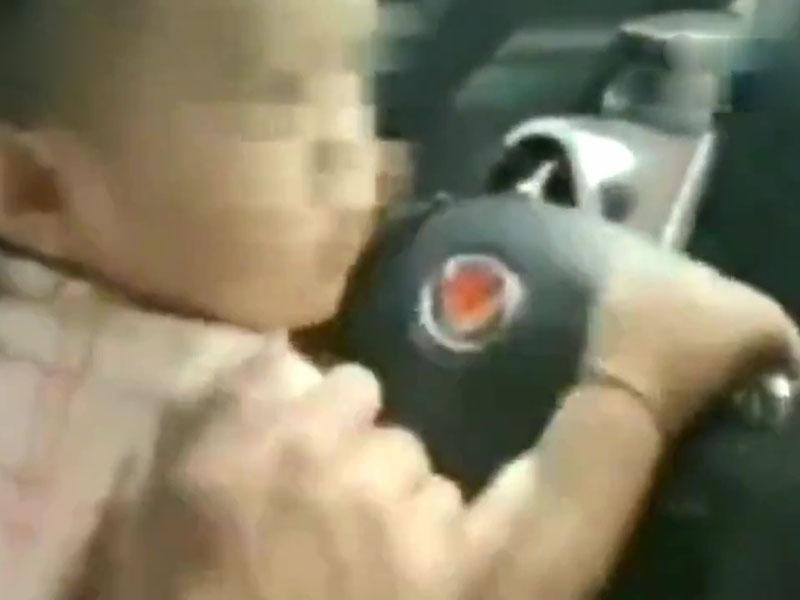 雲南昆明一名男子讓一歲兒子駕車還拍片放朋友圈,只因生前妻的氣。(網圖)