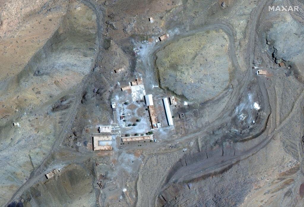 以色列總理內塔尼亞胡展示兩幅人造衛星圖片,指伊朗有一個外界不知道的秘密核子基地。 AP