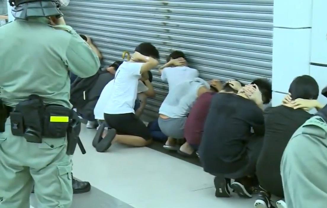 上周六晚在大埔墟站防暴警察制服一批人。無綫新聞截圖