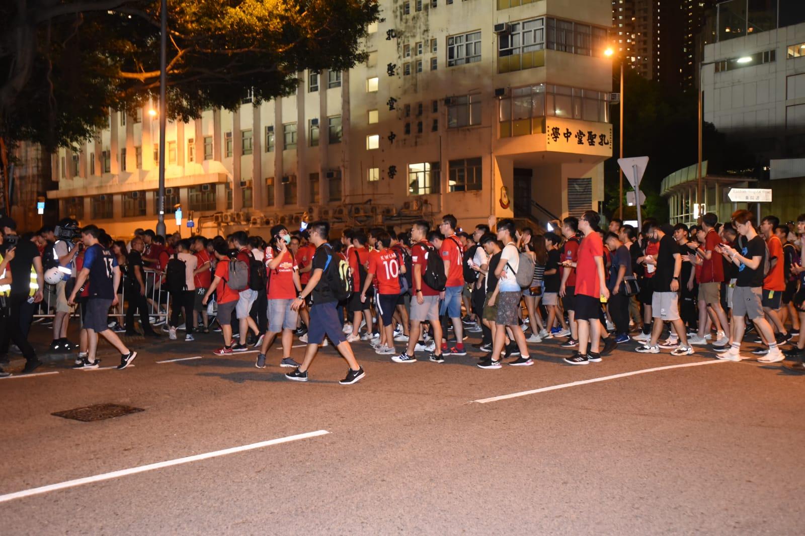 球迷前往大球場途中高叫政治口號。