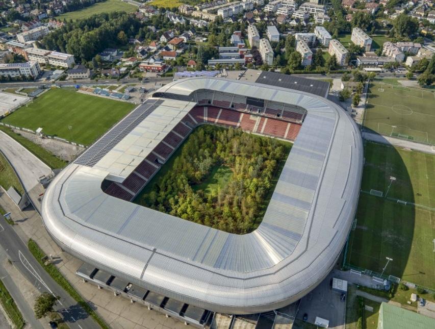 奧地利一個足球場在中央草坪上種植接近300棵樹,把球場變身成為一座森林。網圖