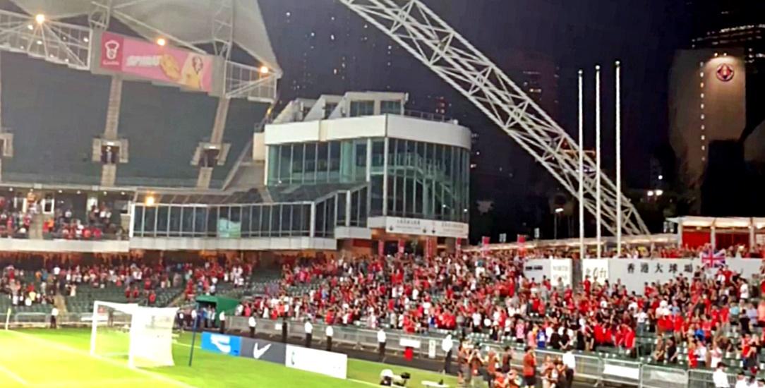 港球迷在播國歌時手持抗議紙牌並報以噓聲。網上圖片