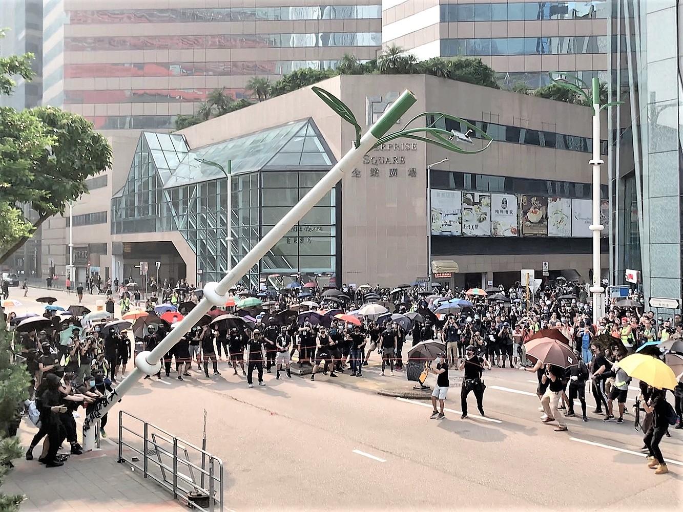 有示威者上月24日拆毀觀塘區多個智慧燈柱。資料圖片