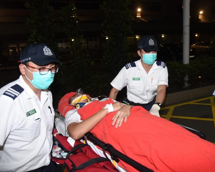 少年由救護車送院治理。丁志雄攝