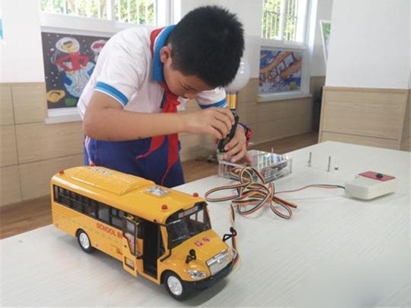 11歲小學生胡皓博發明人數統計器,防止小朋友被遺留校車內。(網圖)