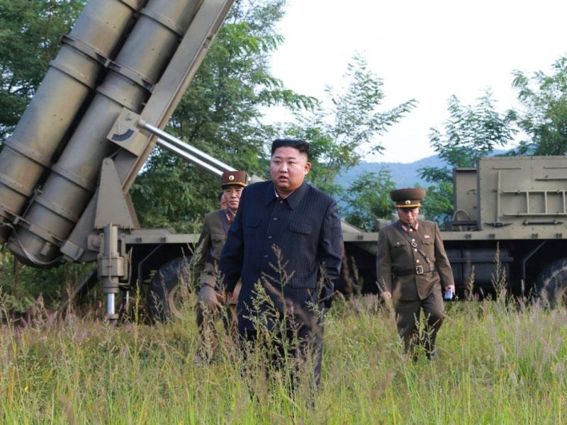 朝中社:金正恩再指導超大型火箭炮試射。AP