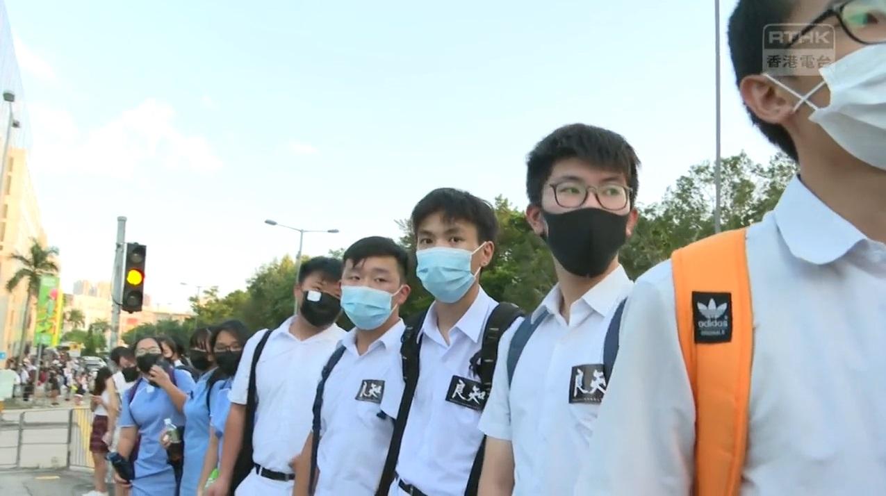 中學生九龍塘組成人鏈抗議。港台電視截圖