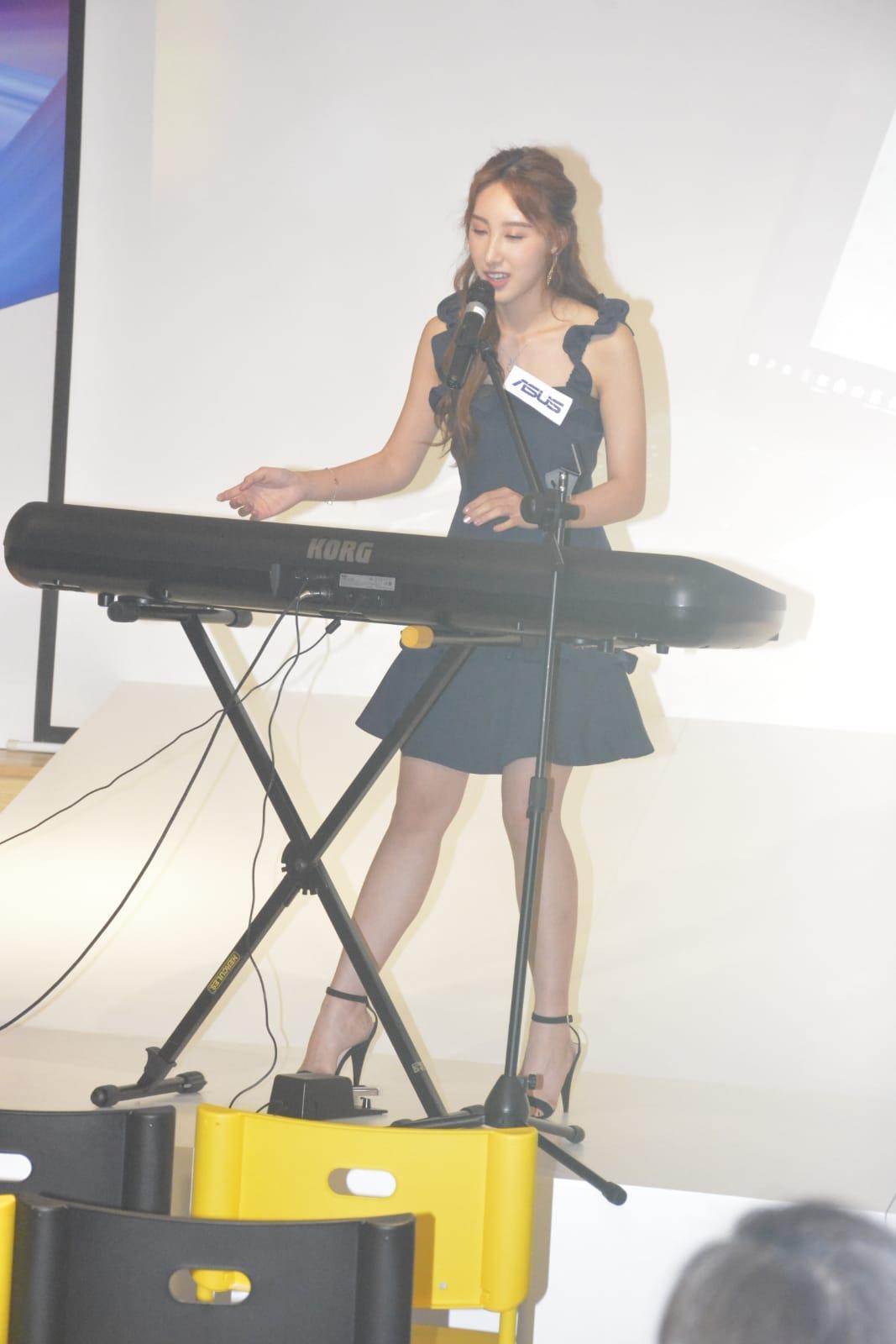 許靖韻現場開live自彈自唱了兩首歌。