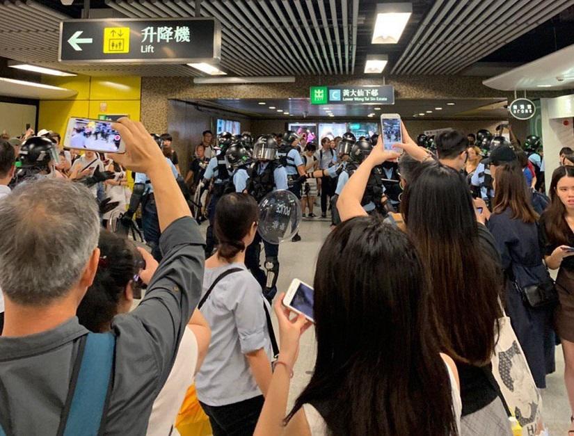 黃大仙站防暴警察到場處理情況。網上圖片
