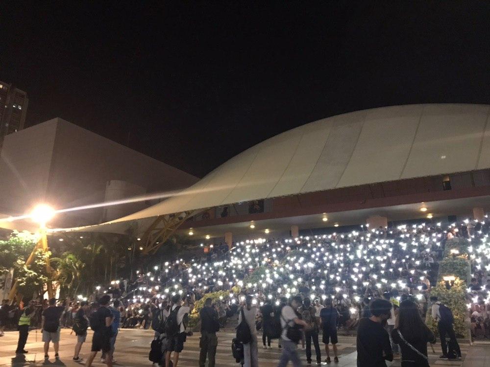 沙田大會堂外有人群聚集。網上圖片