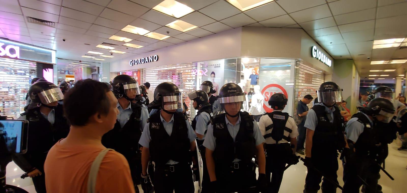 十多名持警棍及盾牌的防暴警察到場,在場人士呼叫口號。徐裕民攝