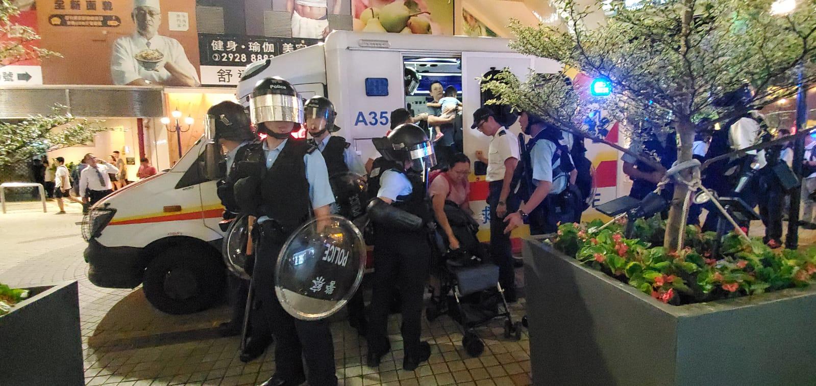 唱國歌男子及三名小童等人上救護車。徐裕民攝