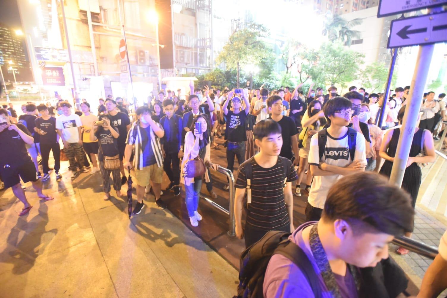 現場人群與警察對峙。徐裕民攝