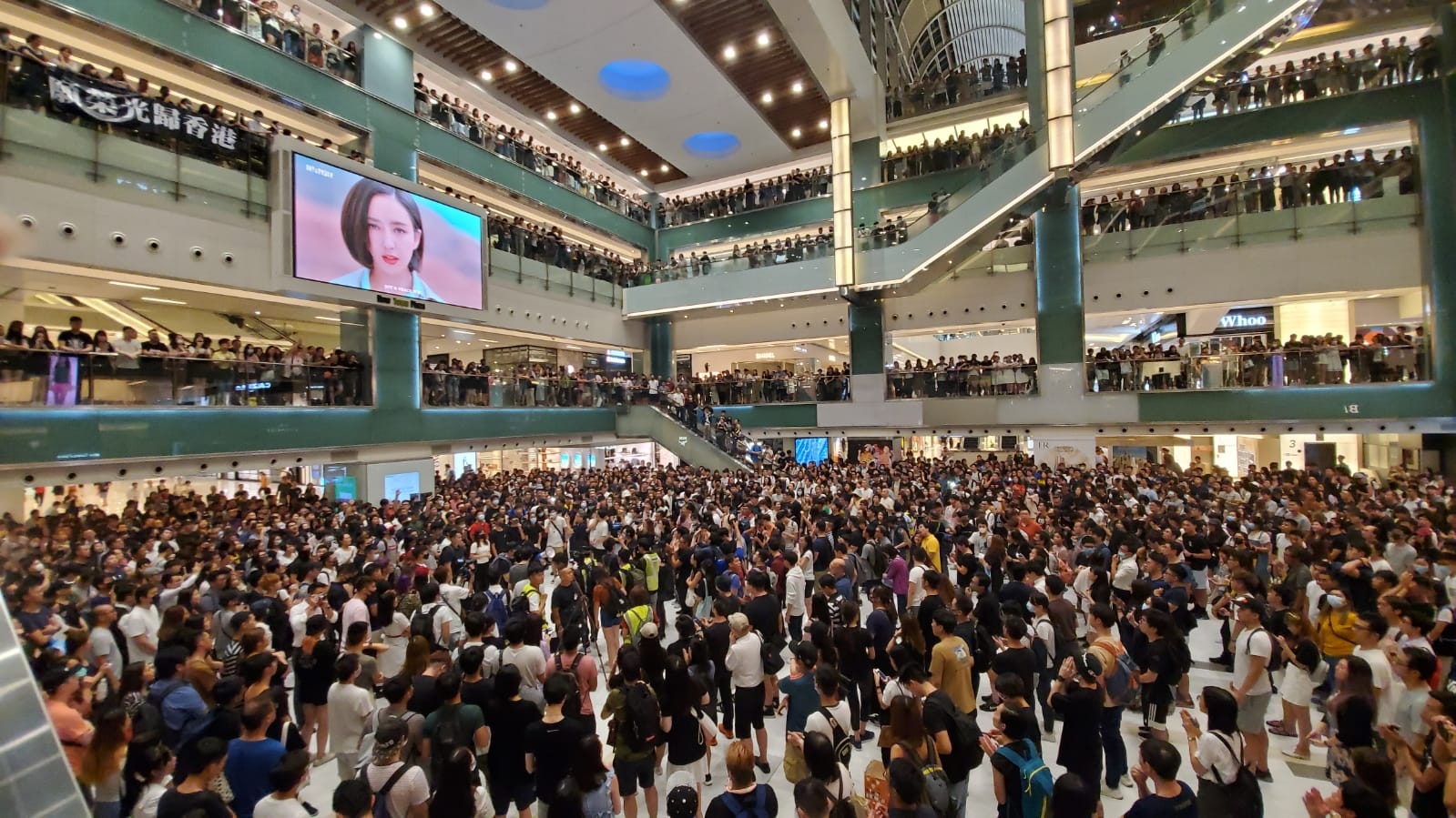 沙田新城市廣場有過千人。