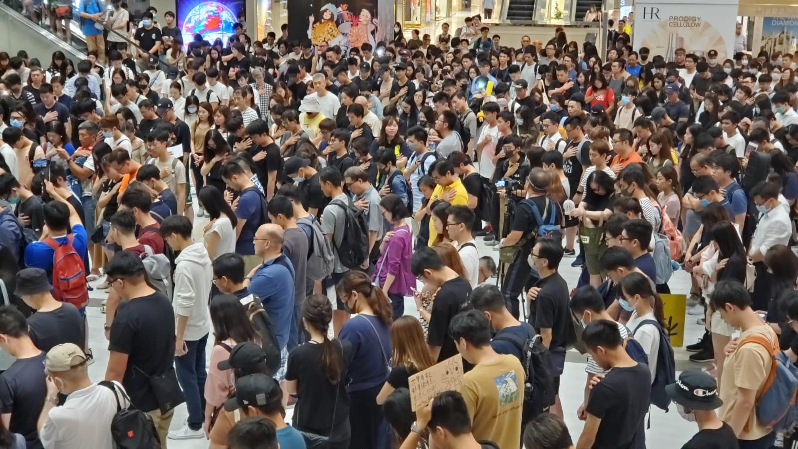 沙田新城市廣場晚上有過千人聚集。