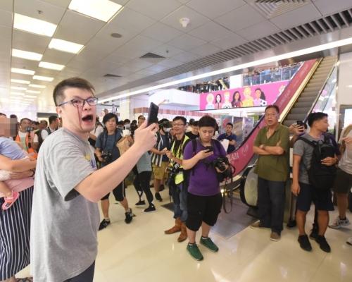 【修例風波】男子淘大商場唱國歌 與反修例群眾爆衝突受傷流血