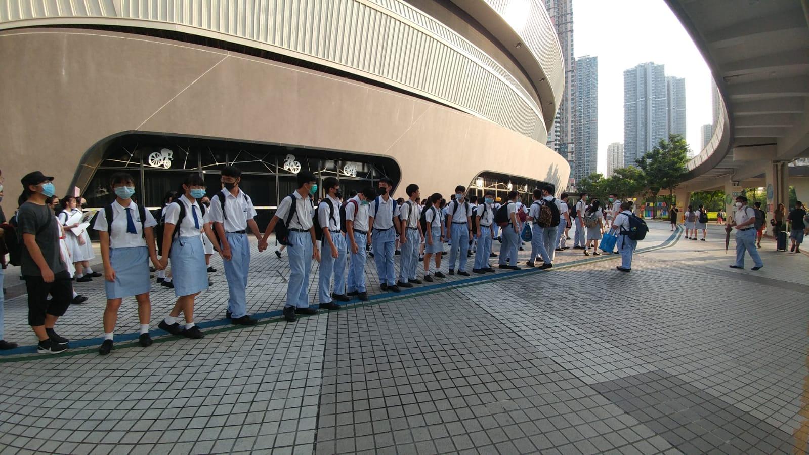 將軍澳五校學生築人鏈。