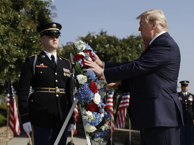 總統特朗普和第一夫人梅拉尼婭獻上花圈,並默哀紀念911受害者。AP