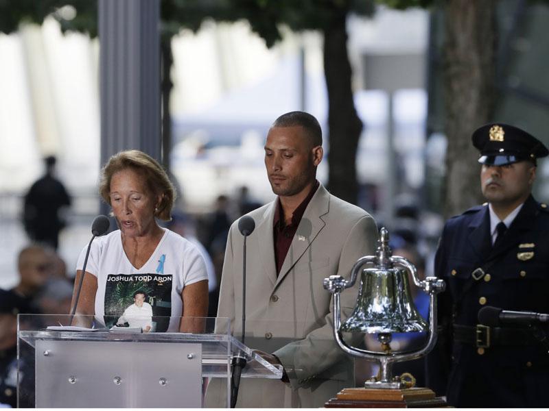 儀式上敲響鐘聲,逐一讀出死難者的名字。AP