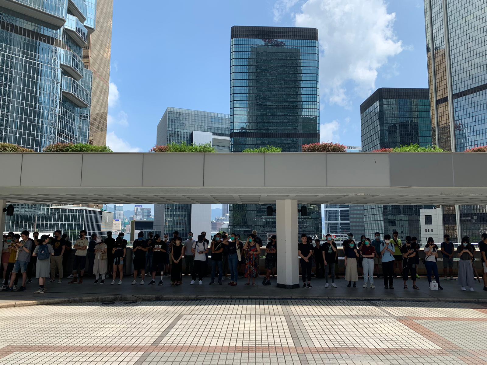 有近半百市民排到場旁聽。
