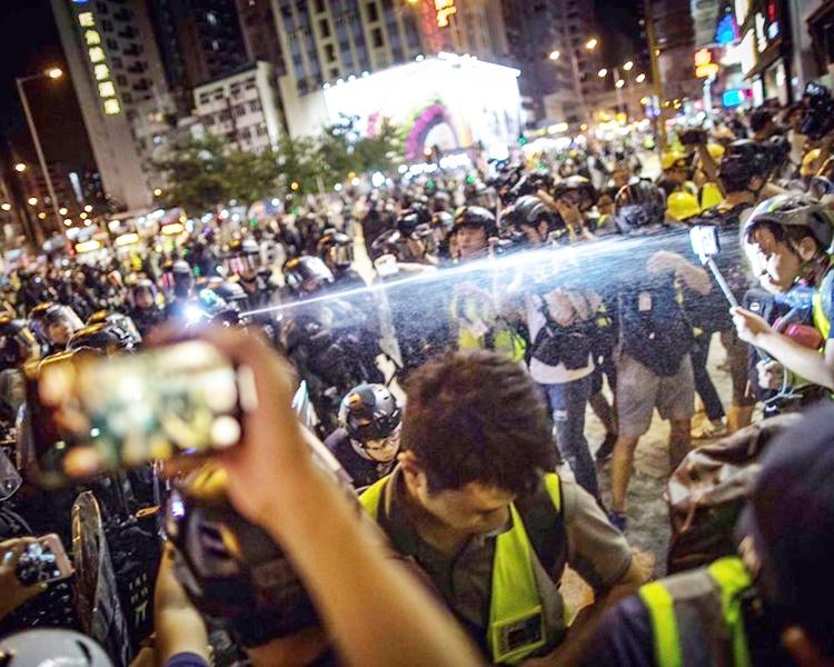 記者批評警方蓄意向現場採訪的記者噴發胡椒噴劑,傷及多名前線記者。 記者協會fb圖片