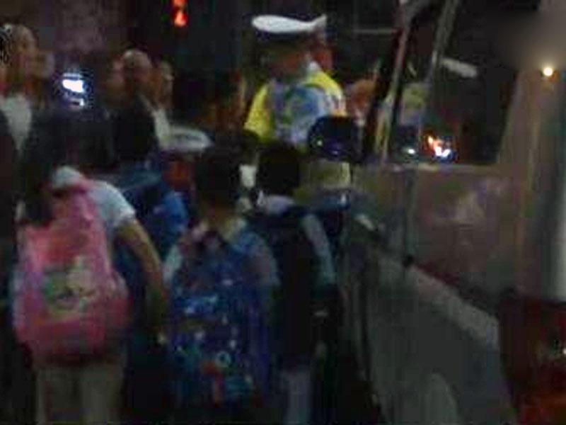 江蘇揚州一輛7人車塞了16名學生被交通警截查,發現車窗全關冷氣不開。(網圖)