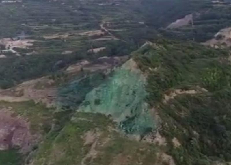 被網民質疑是「塗綠漆充當復墾綠化」的地方,礦業公司指,噴綠漆可以防揚塵。(網圖)