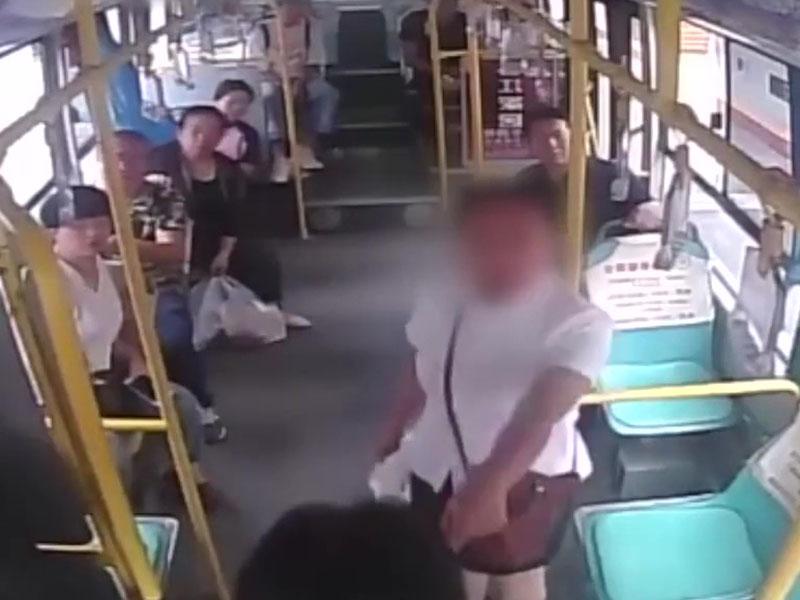 白衫的女乘客怒斥搶軚盤大媽。(網圖)