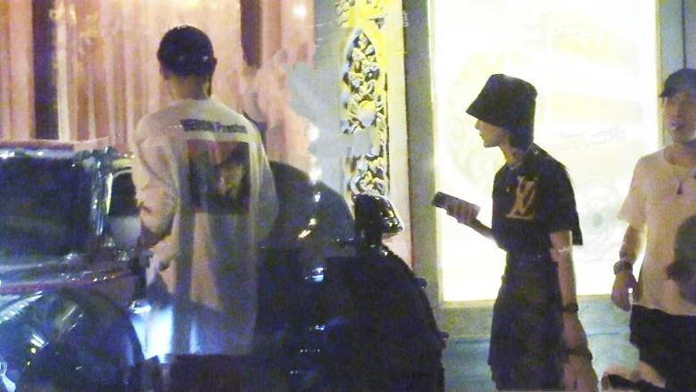 黃子韜被偷拍爆與兩女夜歸酒店。網圖