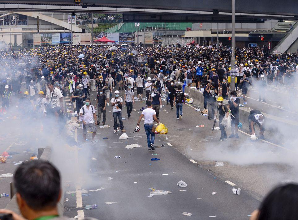 警方6月12日發射多發催淚彈以驅散人群。資料圖片