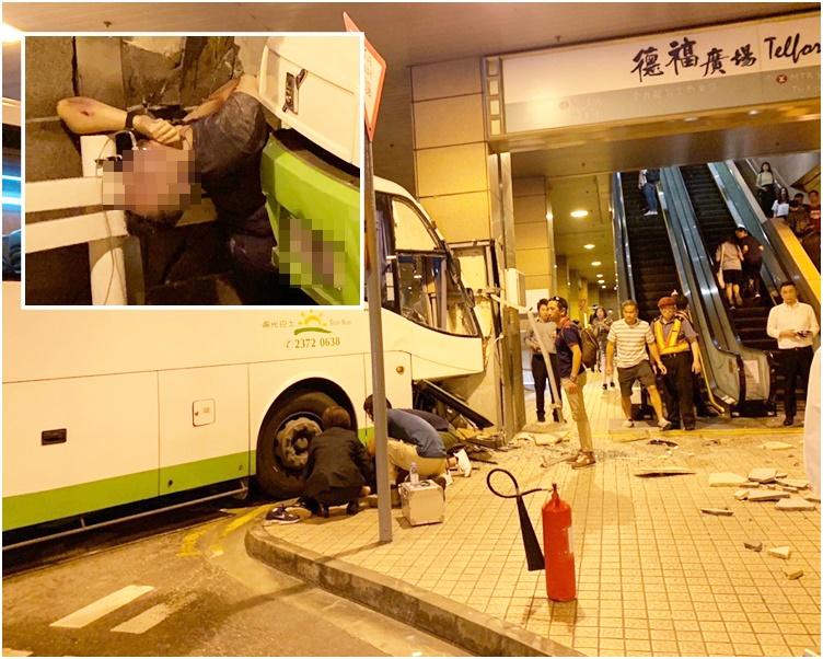 男途人被困在巴士車頭及牆之間,救護員為他戴上氧氣罩。讀者提供