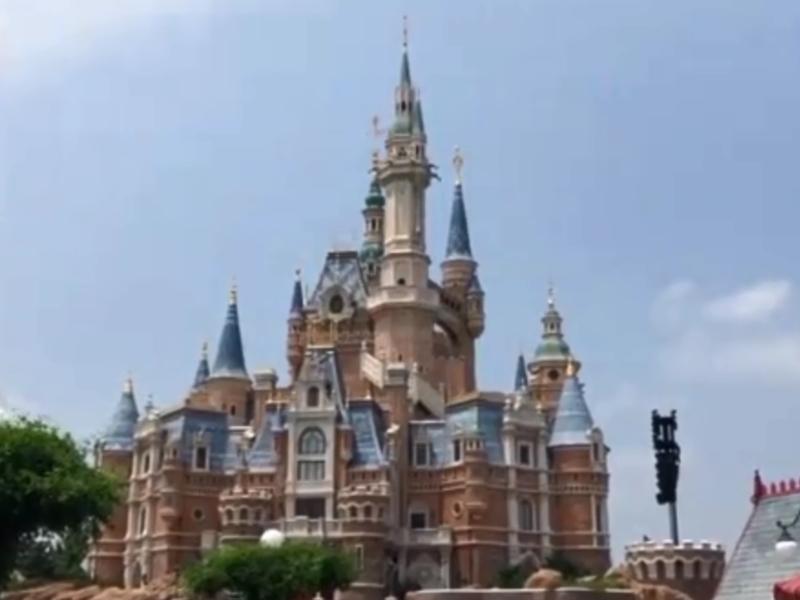 上海迪士尼樂園「禁止攜帶外來食物入園」、「入園需要開袋檢查」等規定飽受爭議。 網圖