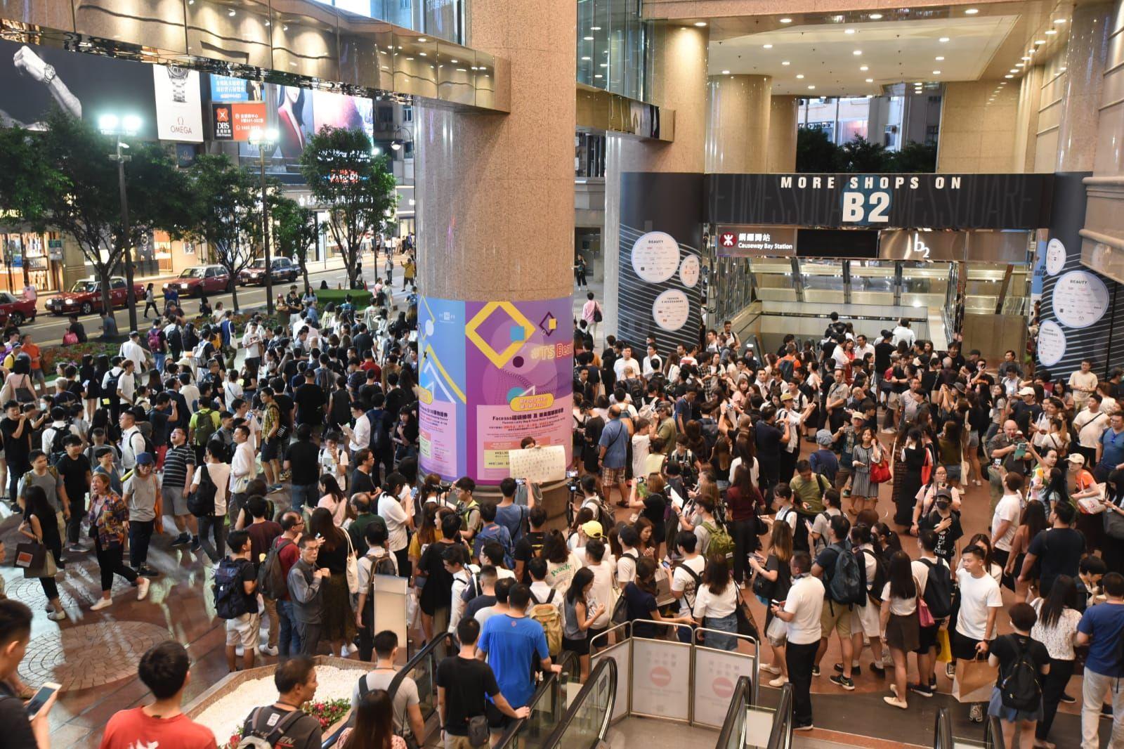 另一批市民則聚集在銅鑼灣時代廣場。
