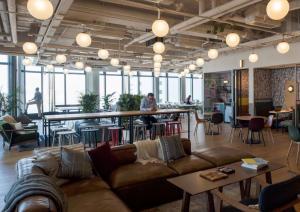 WeWork傳納斯達克上市下周路演 估值大降至200億美元