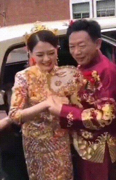 26岁美女甜笑嫁62岁伯伯。网图