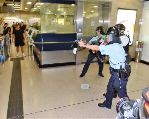 【修例風波】涉沙田站示威襲警 45歲女子機場被捕