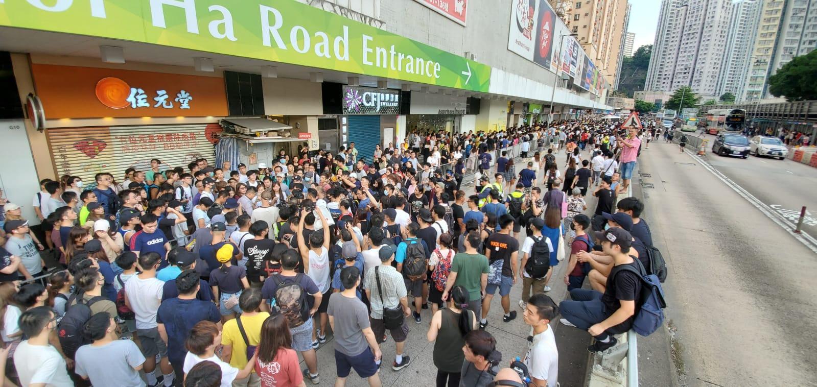 淘大商場外人群不滿警察執法