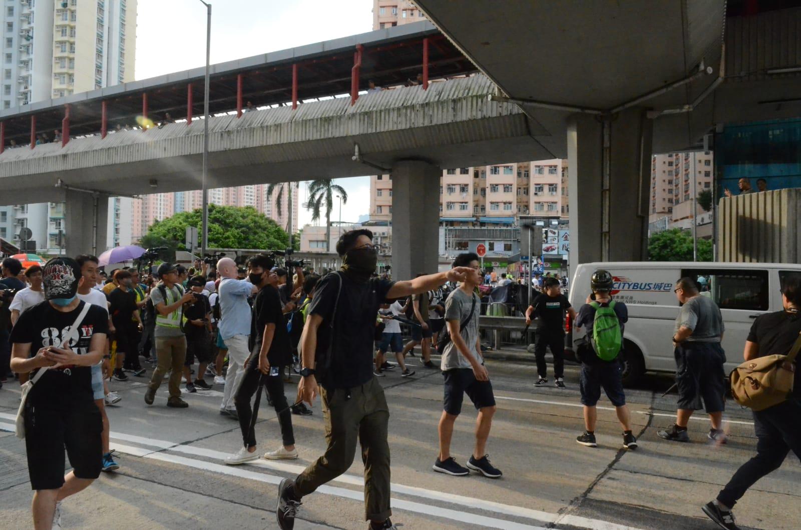 淘大商場外有不滿警察的人群聚集