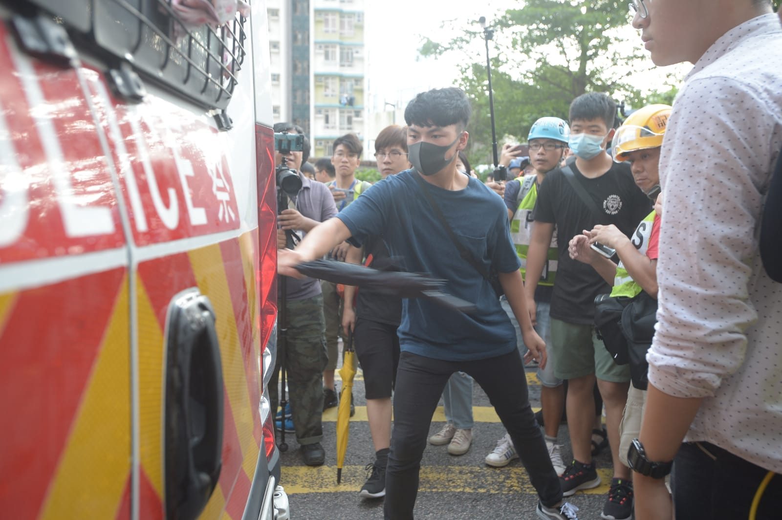 有抗議人士破壞警車