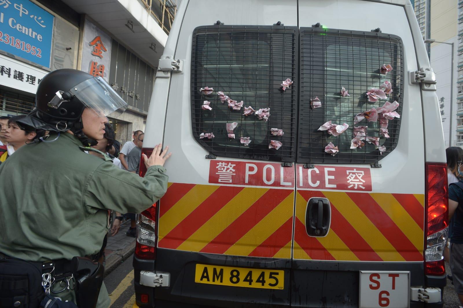 有抗議人士灑溪錢