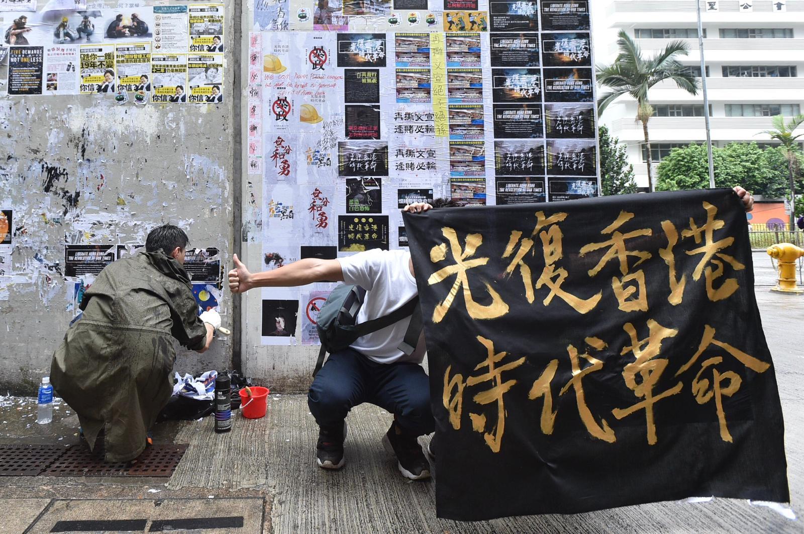 有人持寫有「光復香港,時代革命」的橫額在場拍照。