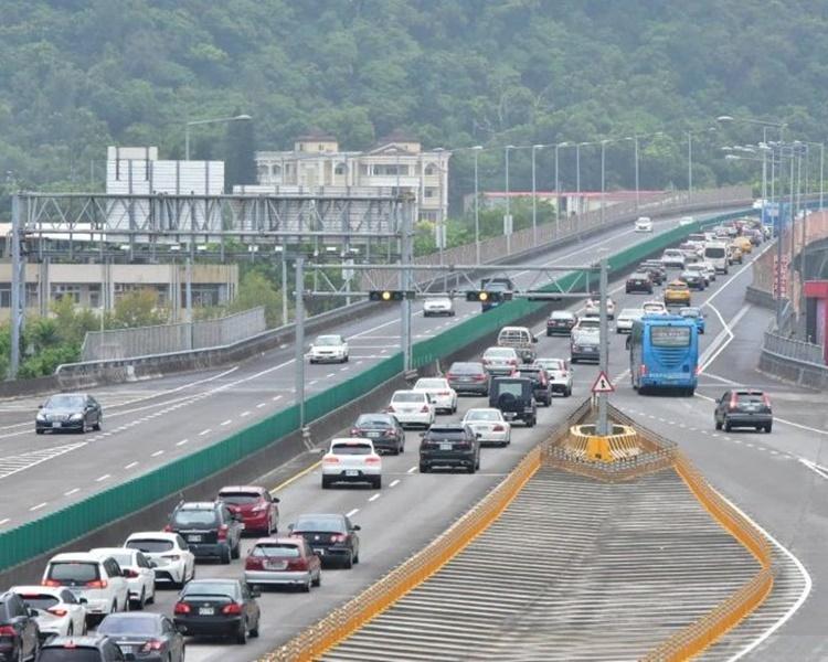 回台北市高速公路今日一早就出現車龍。