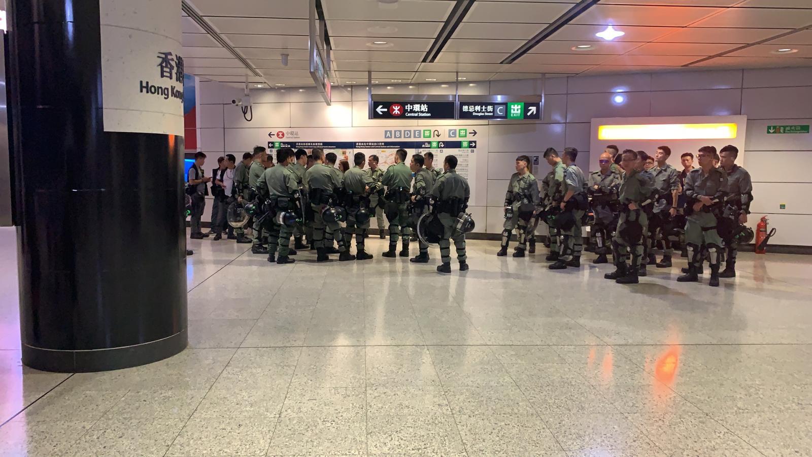 防暴警在香港站內戒備。